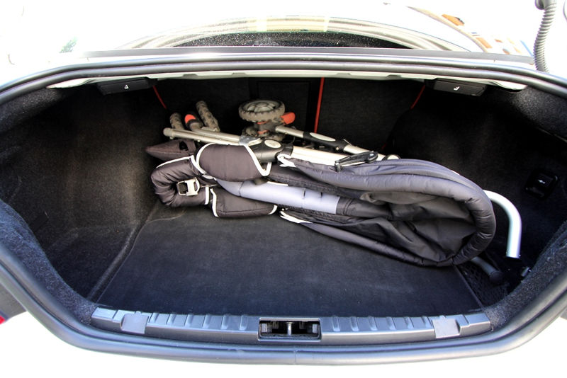 Poussette dans le coffre d'une BMW 125i